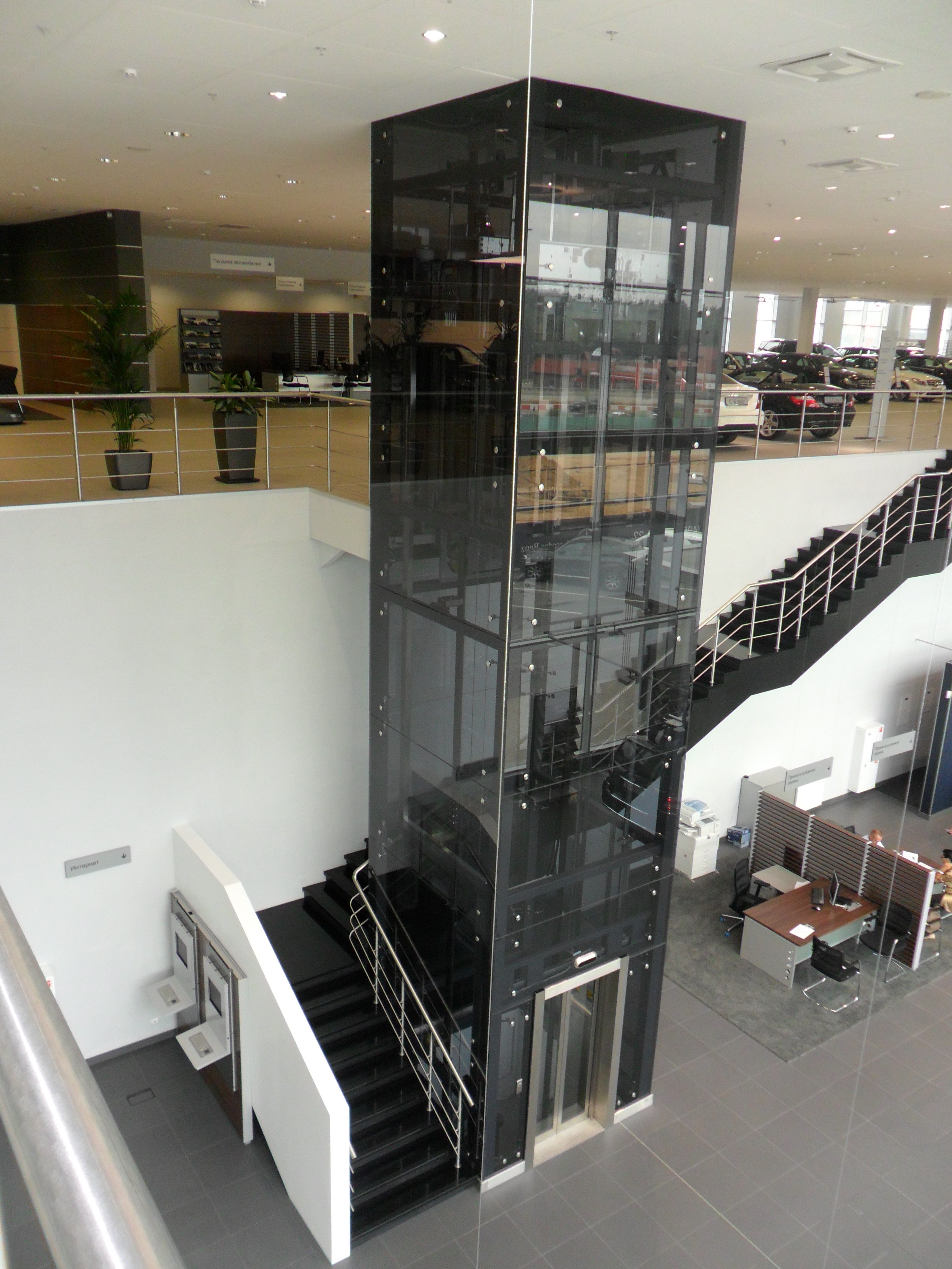 Монтаж лифта в автосалоне на Новой Риге